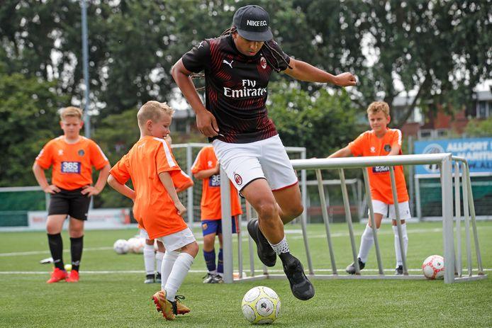Tweevoudig wereldkampioen panna Jeand Doest ('The Panna King') verdedigt zijn doel tegen de spelertjes van Voetbal Academy Nissewaard op het complex van VV Spijkenisse.