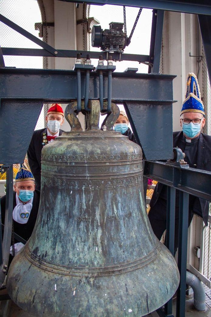Een delegatie van de Schaop'nböll'kes is woensdagochtend bij de klokken van de Pancratiusbasiliek, rechts pastoor Casper Pikkemaat.