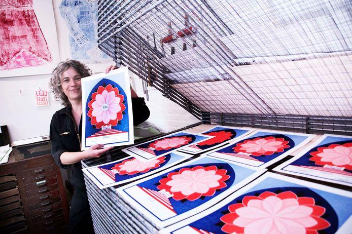 Janine Hendriks ontwerper Tilburgse Ereprent in haar atelier.