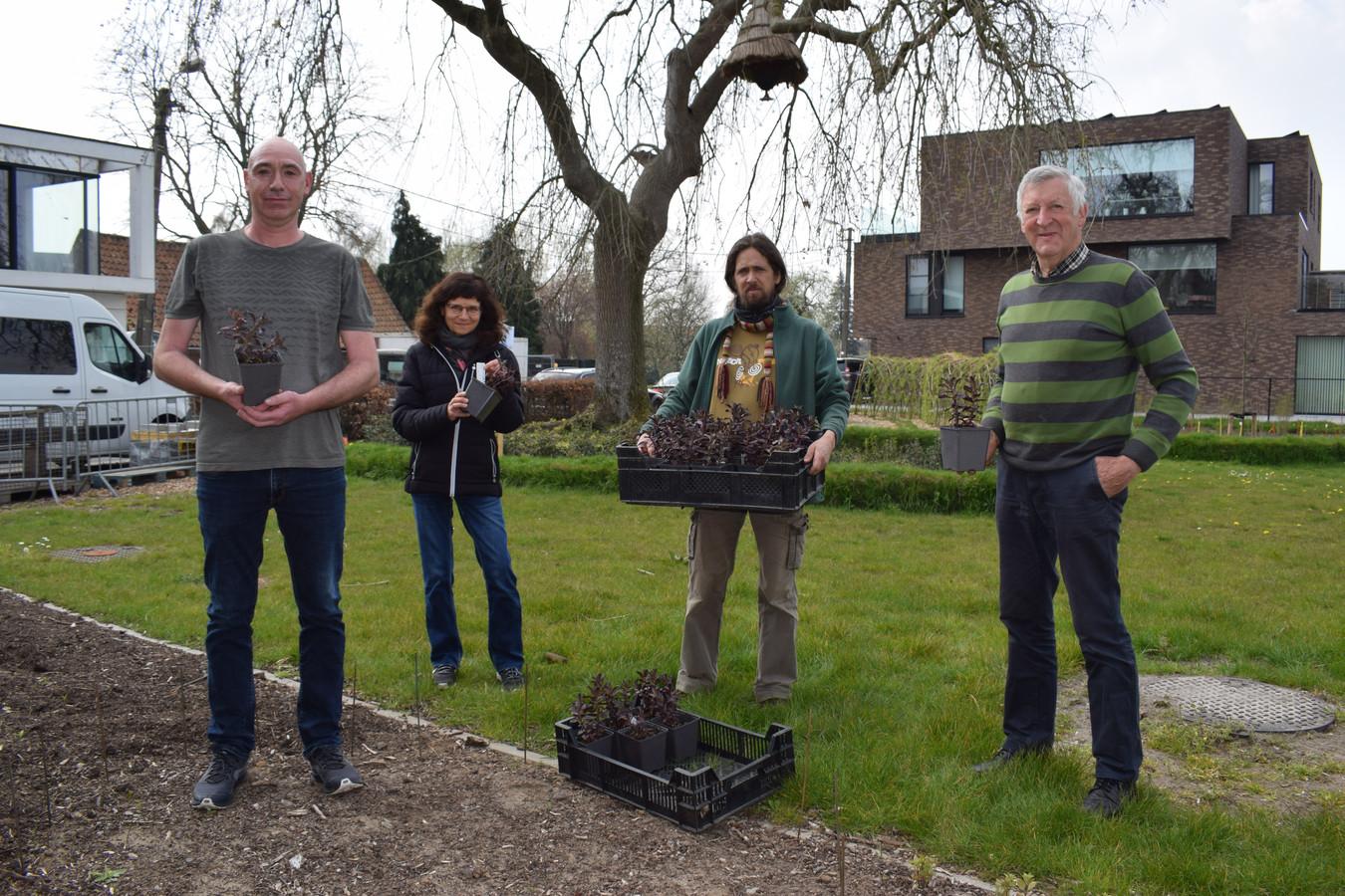 Zoon Joeri De Buck (links) is trots dat zijn vader een herdenkingsplek krijgt in Bassevelde. Ze gingen alvast planten.