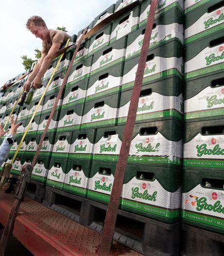 Bier is nog even in de aanbieding: vrienden nemen 600 kratten Grolsch mee op de platte kar