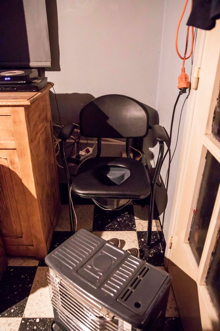 In de 'slaapkamer' staat een zelfgemaakte 'wc' .(Een stoel met een gat in, waaronder een kan hangt, die telkens moet leeg gemaakt worden !!!)