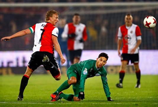 Tom Hiariej als speler van FC Groningen in duel met Dirk Kuyt.
