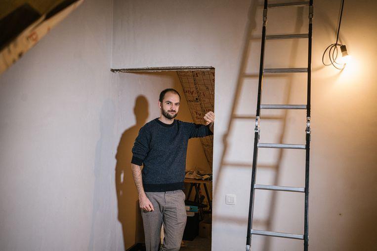 Maxime Naeyaert (33) verbouwde zijn rijhuis in het Gentse: 'Het kostte veel moeite om de aanvraag te doen.Pas na acht maanden zullen we weten of we de premie krijgen.' Beeld Wouter Van Vooren