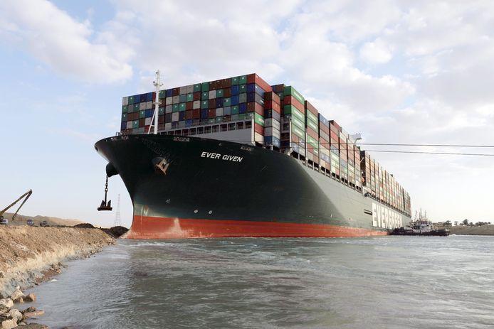 """Le porte-conteneurs japonais """"Ever Given"""" bloqué dans le canal de Suez (28 mars 2021)"""
