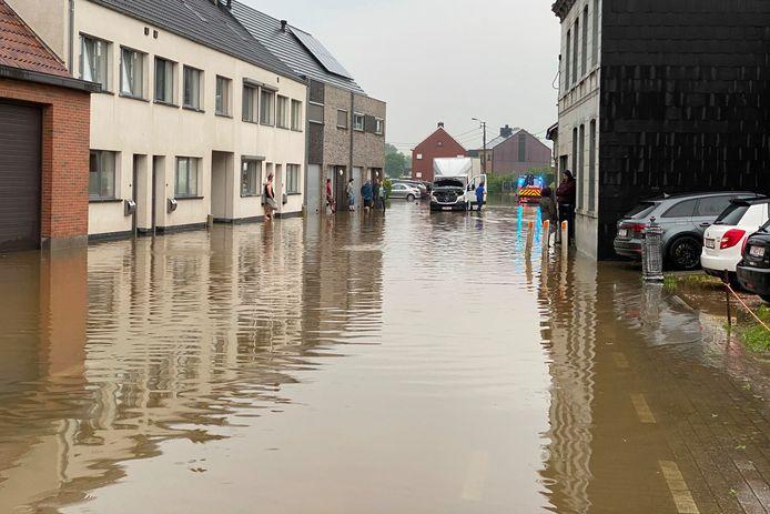 In de Steenstraat in Lede zat er niks anders op tot te wachten tot het water wegtrok.