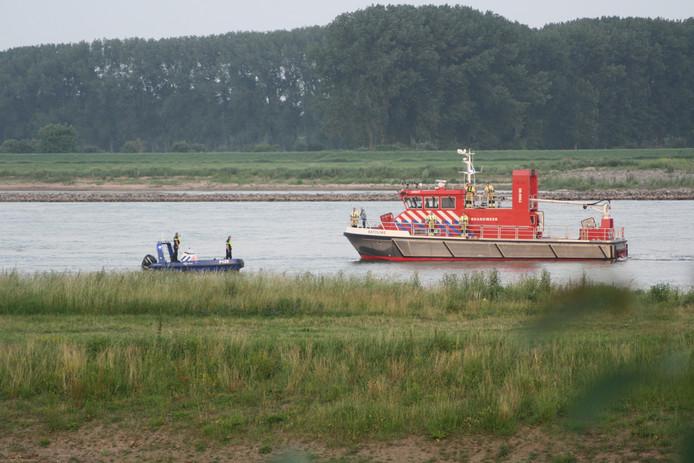Beeld van de  zoektocht naar de 47-jarige man die dit weekeinde verdronk in de Waal bij Tiel toen hij een vrouw in nood wilde redden.
