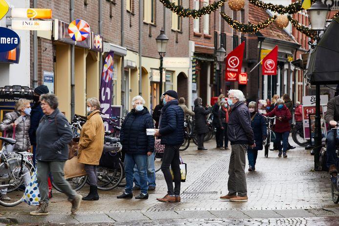 Mensen doen hun inkopen in het centrum van Lochem tijdens de pandemie.
