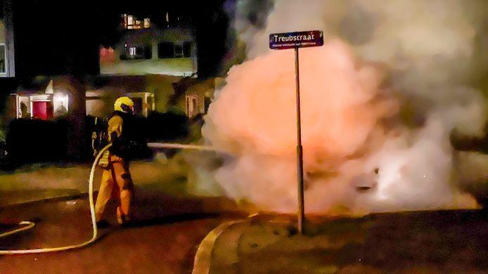 Een geparkeerde auto aan de Treubstraat in Dordrecht is woensdagavond laat in vlammen opgegaan. Hoe de brand is ontstaan, is nog onduidelijk.