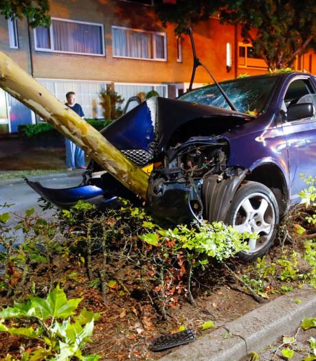 Auto botst tegen boom in Waalre