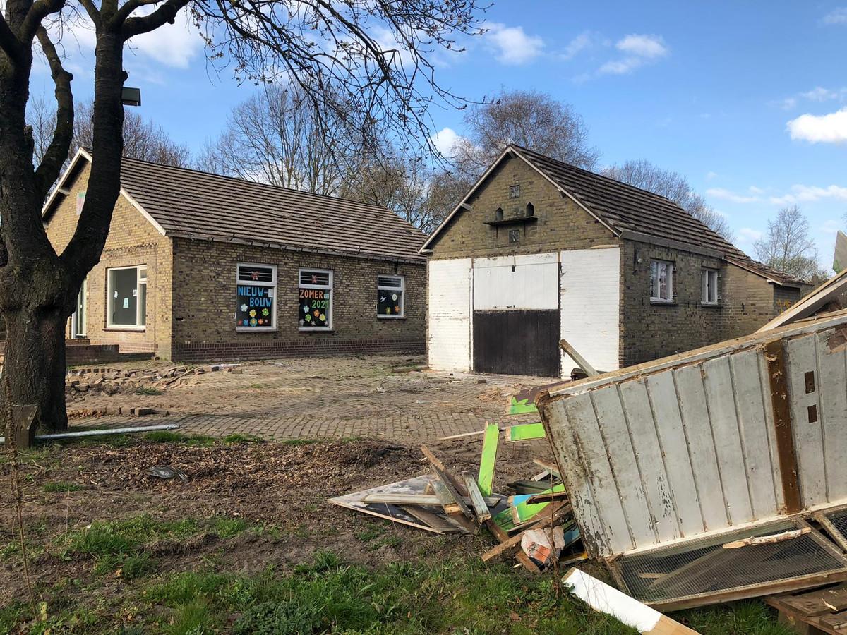 De sloop van het oude gebouwtje bij natuurtuin 't Bundertje is inmiddels begonnen.