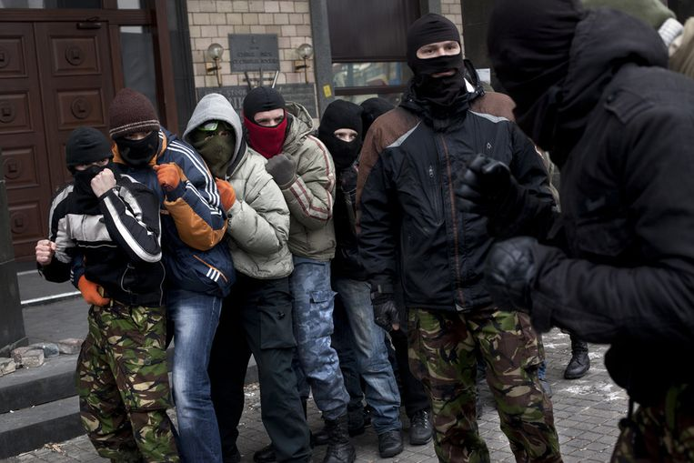 Demonstranten op het Onafhankelijkheidsplein in Kiev oefenen vechttechnieken. Beeld getty
