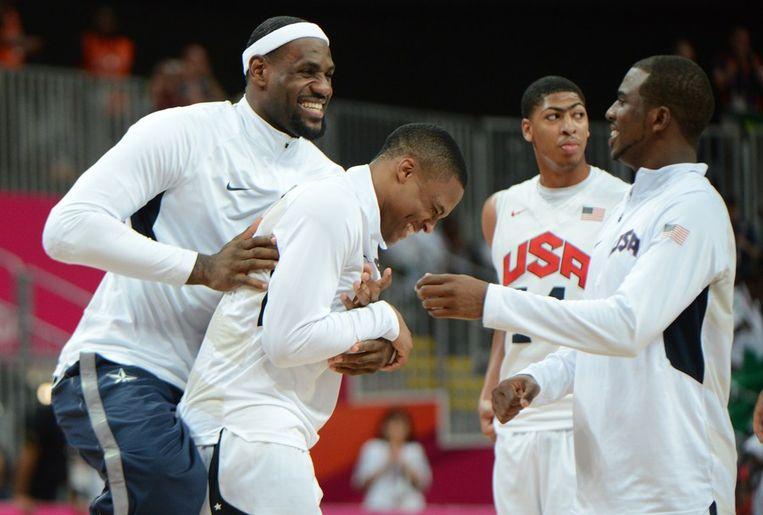 Aanvoerder LeBron James viert een feestje met zijn ploeg Beeld afp