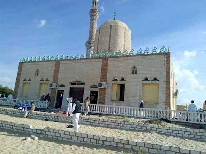 De moskee in Arish in de Sinai werd vanochtend aangevallen door terroristen.