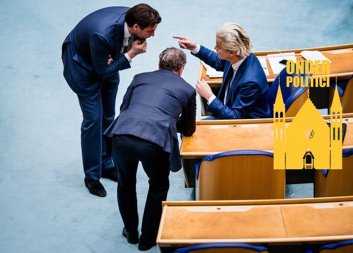 Thierry Baudet (FvD), Wybren van Haga (inmiddels geen FvD'er meer) en Geert Wilders (PVV) overleggen in de Tweede Kamer