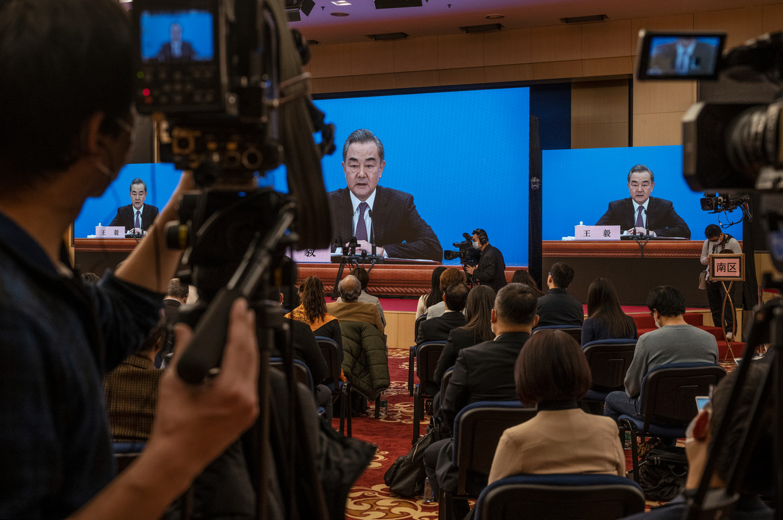 De Chinese minister van Buitenlandse Zaken Wang Yi is een van de hoofdrolspelers op de Alaska-top. Beeld Kevin Frayer / Getty
