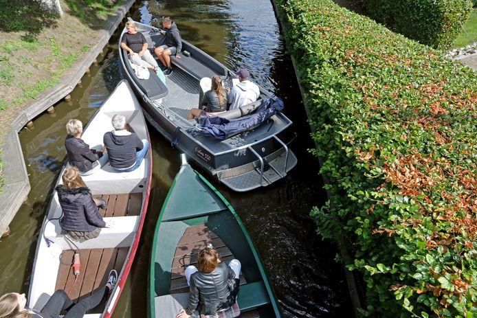 Opstopping van boten met toeristen in een van de grachtjes van Giethoorn.