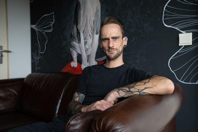 Jordi Lecoque is biohacker en heeft een chip en een bankkaart ingeplant in zijn arm