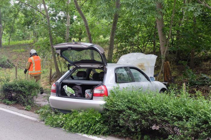 De auto eindigde hard tegen de boom in de Robert Vandammestraat. Er ontstond ook een motorbrand, geblust door getuigen. Twee inzittenden raakten gewond.