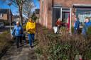 De Barendrechtse Mieke Willemstein (derde van rechts) steunt de folderende EVB-leider Lennart van der Linden (gele jas). 'Er is een vies spelletje gespeeld.'