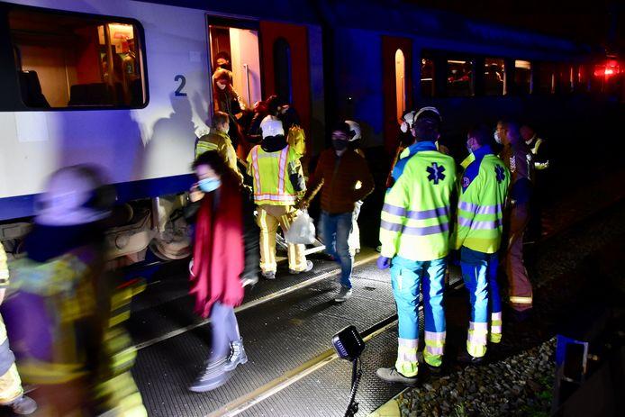Een dertigtal reizigers kon na een dik uur geëvacueerd worden van de trein die was stilgevallen toen in Heule de bovenleiding knapte.