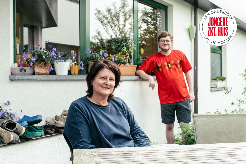 Roos Quintijn kocht in 1989 haar woning in Lede voor omgerekend 65.000 euro, nadat zij en haar man eerst drie jaar huurden van haar schoonouders. Haar zoon Kamiel (26) kocht onlangs een instapklaar appartement met terras in het centrum van Mechelen aan 200.000 euro. Beeld Tine Schoemaker