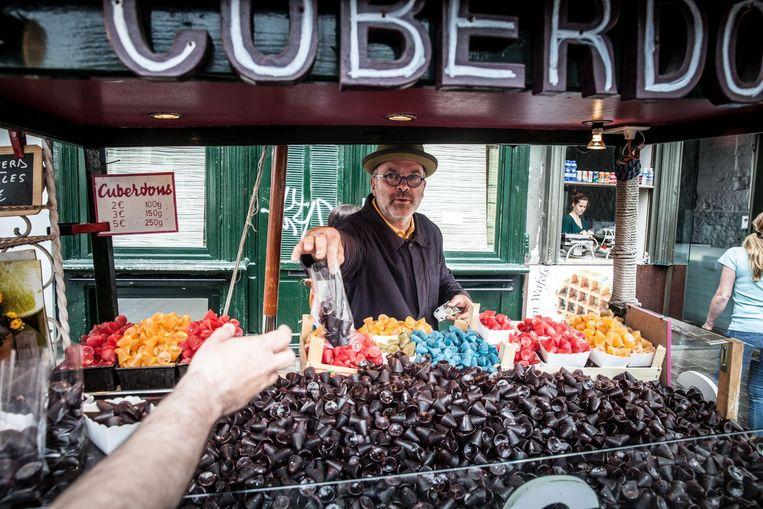 Carl Demeestere achter zijn kraam op de Groentenmarkt. Daar mag hij geen neuzen meer verkopen.