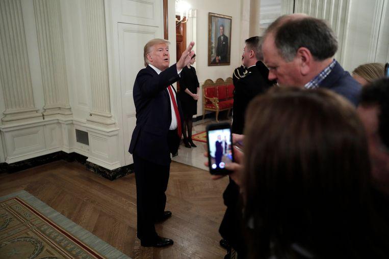 President Trump praat met journalisten over de pogingen van de Democraten om hem af te zetten. Beeld EPA