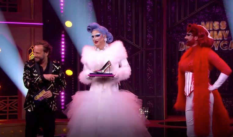 Peter R. De Vries als dragqueen Miss Emmy Beautycase in het programma Make Up Your Mind. Beeld