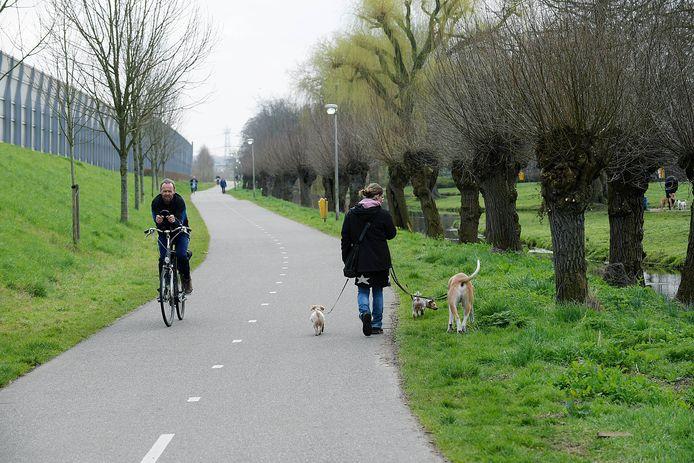 Fietsersbond Drechtsteden wil dat het fietspad aan de Parallelweg in Sliedrecht intact blijft.