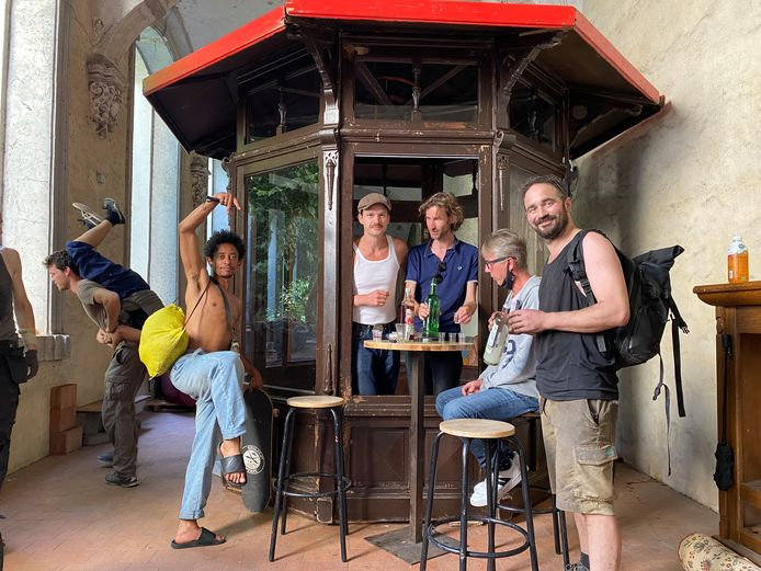 Mong en de mannen van Trefpunt hebben hun druppelkot in een pandgang geplaatst