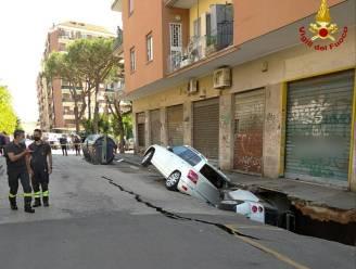 Zinkgat verzwelgt twee auto's in Rome