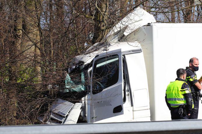 Vrachtauto in de berm op A59.