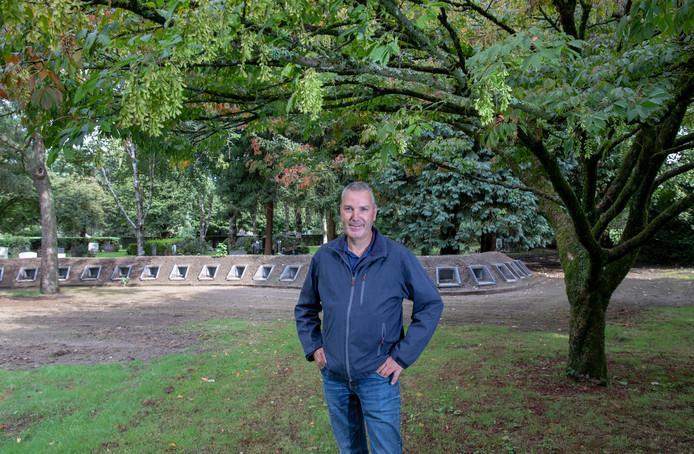 Gerrit Wanner bij de nieuwe urnentuin in aanleg op de begraafplaats Leeuwerenk in Wageningen. Een veder esdoorn uit de zeepboomfamilie dient als fraai decor