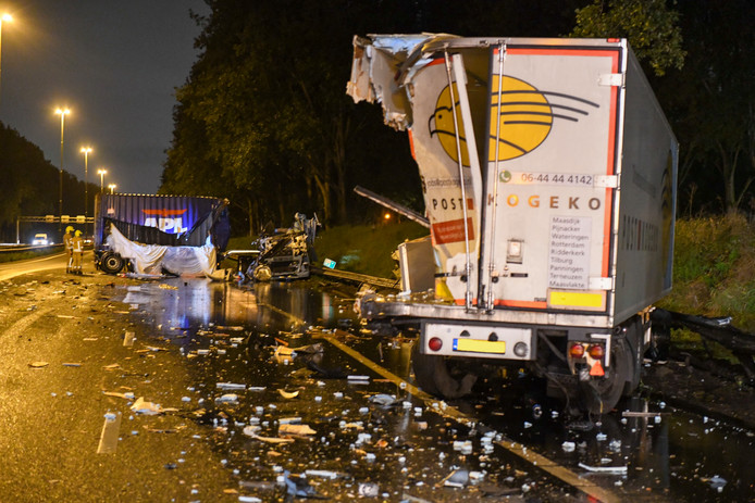 Het ongeluk met twee vrachtwagens op de A20.