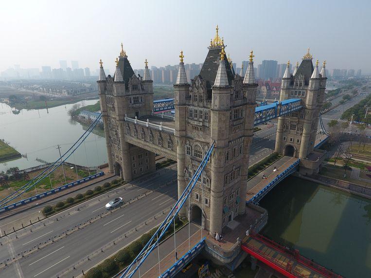 De Chinese versie van de Londense Tower Bridge. Beeld REUTERS