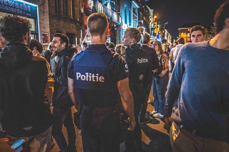 De politie patrouilleert in de Overpoort aan de start van het academiejaar. Beeld Wannes Nimmegeers