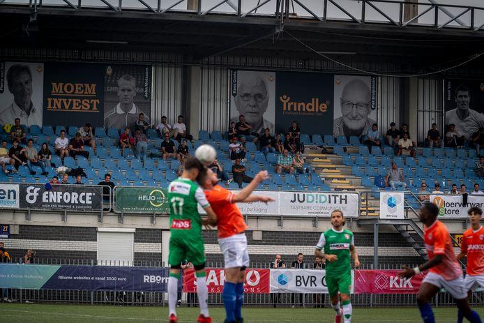 RBC en FC Dordrecht troffen elkaar zaterdag voor een oefenduel, de eerstedivisionist versloeg de amateurclub met 1-3. Achter de spelers op de Zuidtribune de levensgrote portretten die werden onthuld: 24 helden van RBC die de club groot hebben gemaakt.