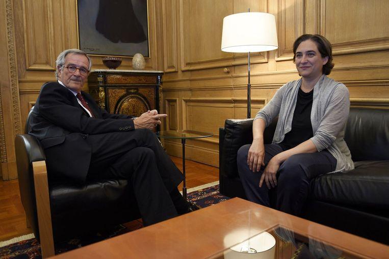 Ex-burgemeester Xavier Trias en zijn opvolger Ada Colau. Beeld AFP