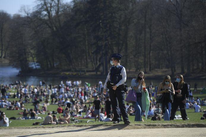 De politie handhaaft coronamaatregelen in Ter Kamerenbos.