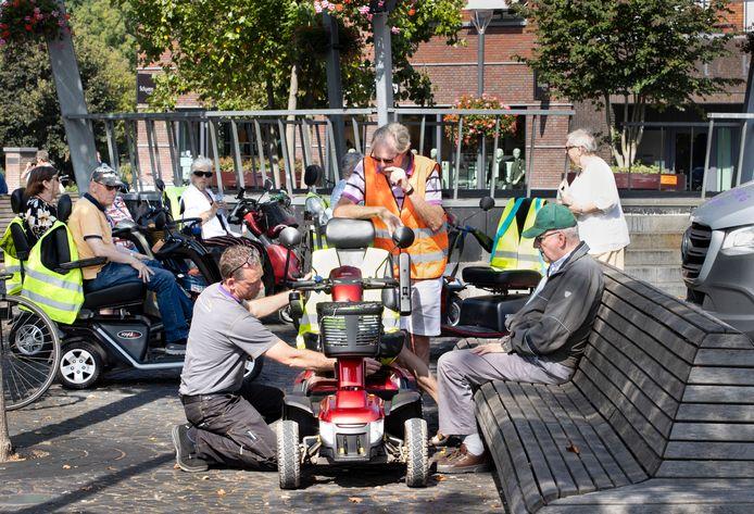 De keuring van de scootmobiels voorafgaand aan weer een nieuwe tocht van 'Best on Wheels'.