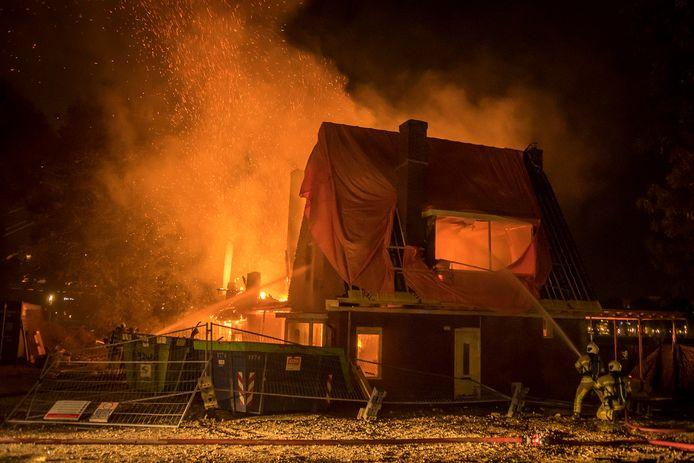 Een heftige brand in twee woningen aan de Rooseveltlaan, dat omgebouwd zou worden tot een restaurant.