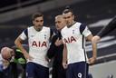 José Mourinho geeft instructies aan zijn invallers Harry Winks en Gareth Bale.