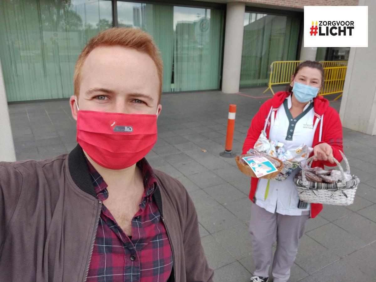 Voorzitter Maxime Pirard schenkt samen met zijn partij PVDA Sint-Truiden cake aan het Sint-Trudo Ziekenhuis om de zorgverleners een hart onder de riem te steken.