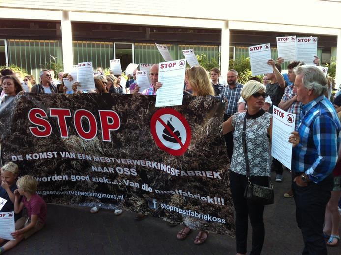 Protest tegen de voorgenomen vestiging van een grote mestverwerker aan de Osse haven.