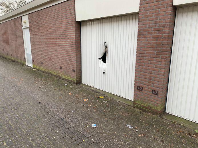 Een explosief heeft vannacht een garagedeur in Deventer vernield.