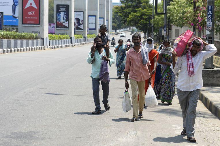 Duizenden mensen leggen lange afstanden te voet af omdat ze hun job zijn verloren en naar huis willen.