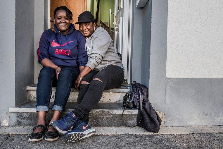 Vriendinnen Marie (l.) en Maria. De een verzeilde vanuit Zweden in België, de ander groeide op in Kaapverdië. Beeld Jonas Lampens