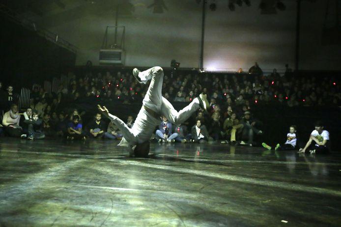 Meervoudig werelkampioen breakdance Menno van Gorp tijdens een optreden in Podium Bloos