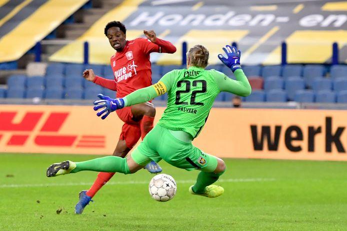 Queensy Menig schuift de bal onder Remko Pasveer door en breekt na 444 minuten zonder goal de ban voor FC Twente.